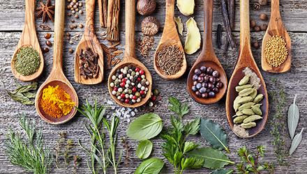 11 plantes et épices pour créer une eau digestive printanière