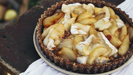 Tarte aux poires et au brie dans une croûte aux noix